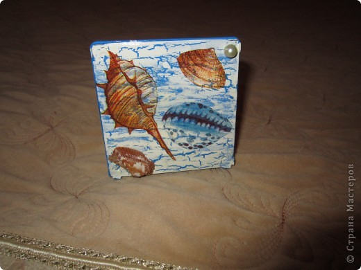 По просили меня сделать бутылочку в морской тематике для декора детской комнаты. Пока жду салфетки решила по экспериментировать  с коробочкой из под ватных палочек.  фото 3