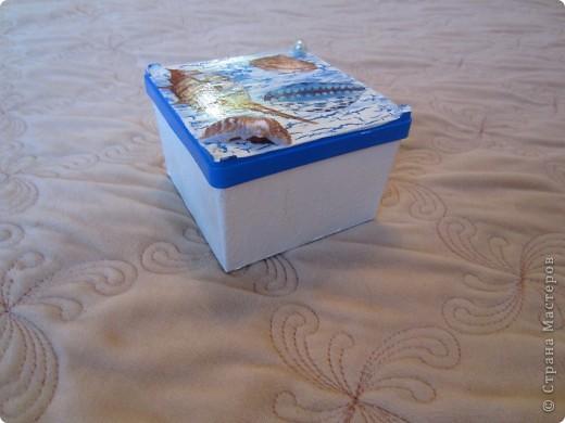 По просили меня сделать бутылочку в морской тематике для декора детской комнаты. Пока жду салфетки решила по экспериментировать  с коробочкой из под ватных палочек.  фото 1