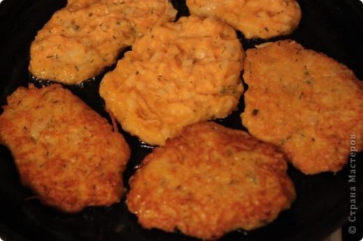 Предлагаю блюдо очень незамысловатое, всем хорошо известное, но приготовленное из тыквы.  Почему назвала драниками - потому, что овощные оладьи у меня не едят, т.е. не приемлют ничего сладко-кислого.  А эти делала так же, как драники из картошки. Семья одобрила. Получаются оранжевенькие, мягкие, хорошо пахнут. Несмотря на то, что тыква гораздо тверже кабачков, из которых обычно пекутся такие оладьи, мягчеет она при жарке лучше. фото 3