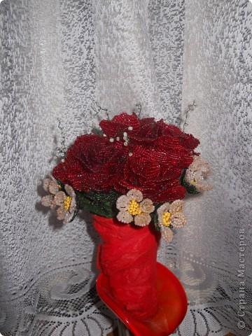 небольшой букет из 7 роз и мелких цветочков фото 1