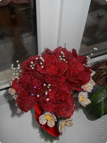 небольшой букет из 7 роз и мелких цветочков фото 2