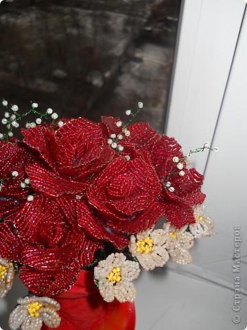 небольшой букет из 7 роз и мелких цветочков фото 3
