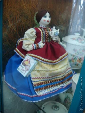 Аксинья- грелка на чайник.Тоже делают на заводе.Есть отдельный швейный цех.Голова и ручки у неё фаянсовые.Наряды воспроизводят старинные исторические костюмы различных областей России.Они такие разные У каждой барышни свой характер. фото 1