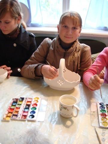 Аксинья- грелка на чайник.Тоже делают на заводе.Есть отдельный швейный цех.Голова и ручки у неё фаянсовые.Наряды воспроизводят старинные исторические костюмы различных областей России.Они такие разные У каждой барышни свой характер. фото 12