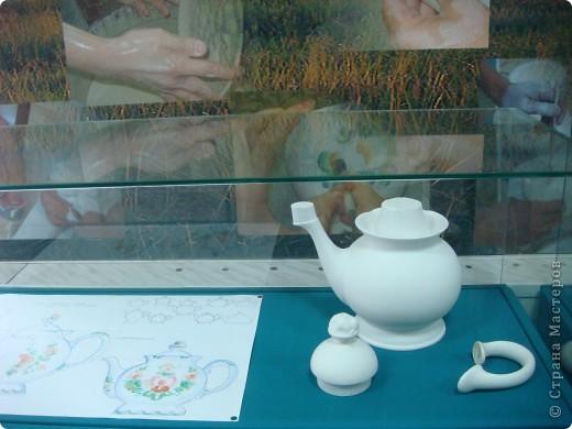 Аксинья- грелка на чайник.Тоже делают на заводе.Есть отдельный швейный цех.Голова и ручки у неё фаянсовые.Наряды воспроизводят старинные исторические костюмы различных областей России.Они такие разные У каждой барышни свой характер. фото 3