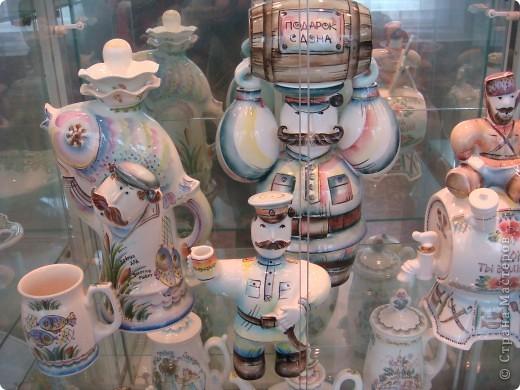 Аксинья- грелка на чайник.Тоже делают на заводе.Есть отдельный швейный цех.Голова и ручки у неё фаянсовые.Наряды воспроизводят старинные исторические костюмы различных областей России.Они такие разные У каждой барышни свой характер. фото 5