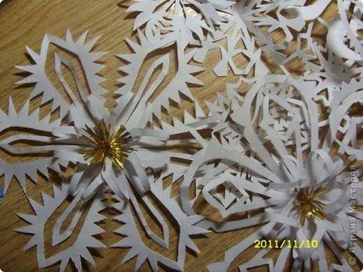 А это снежиночки...Меня Ирина Юрьевна(школьный учитель дочери) попросила вырезать листья осенние для оформления стенда...я их так долго несла...снег выпал :-)...решила снежинки начать вырезать по-раньше, а то что-то у меня не хватает времени ни на что.... фото 2