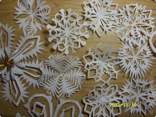 А это снежиночки...Меня Ирина Юрьевна(школьный учитель дочери) попросила вырезать листья осенние для оформления стенда...я их так долго несла...снег выпал :-)...решила снежинки начать вырезать по-раньше, а то что-то у меня не хватает времени ни на что.... фото 6