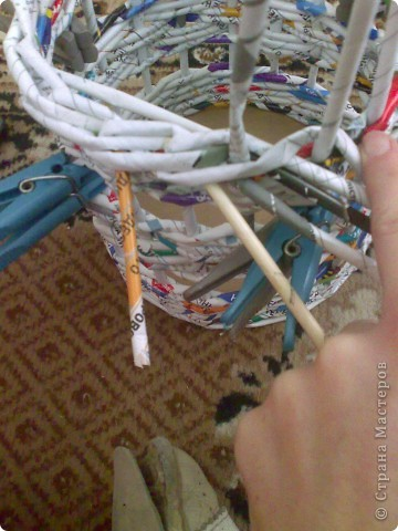 Мастер-класс Плетение МК для Насти Как я делаю дырявую корзину Бумага журнальная фото 35