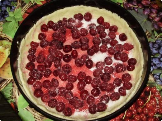 Пирог можно делать с любыми фруктами и ягодами по вашему вкусу. Свежими или консрвированными.  Из замороженной вишни пирог получаеться  немного мокроват ,но на вкус это ни как не влияет.  Приятного аппетита !  С нетерпением буду ждать отзывов !  фото 3