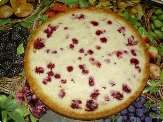 Пирог можно делать с любыми фруктами и ягодами по вашему вкусу. Свежими или консрвированными.  Из замороженной вишни пирог получаеться  немного мокроват ,но на вкус это ни как не влияет.  Приятного аппетита !  С нетерпением буду ждать отзывов !  фото 1