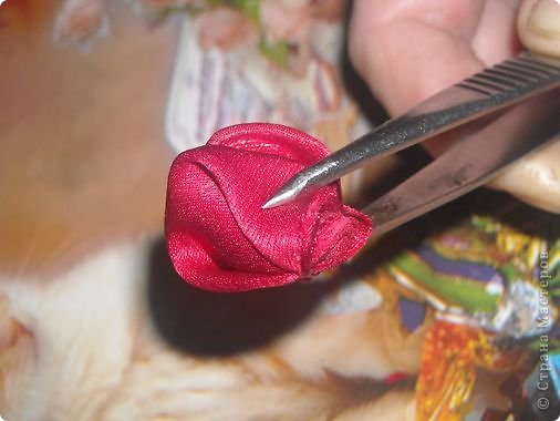 """Меня часто спрашивают,как я собираю такие розы,перед тем как создать и опубликовать этот МК я просмотрела все МК в теме """"Цумами -канзаши"""",моего способа не нашла,но если вдруг пропустила,подскажите,пожалуйста,и я всегда готова удалить лишнее. фото 7"""