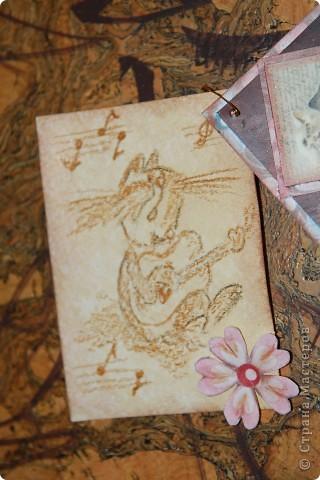 Вот такая персональная карточка родилась для Киски Карлы на тему винтажа и кошек. Дизайнерский фон, тонировка патиной коричневой, тесьма, натуральная кожа, жемчужины.... фото 2