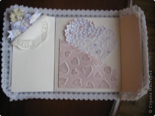Вызвалась делать открытку на свадьбу, но нужна была такая открытка чтобы ВАУ!!!!)))) Пересмотрела много открыток у мастериц, и вот что получилось! Тут пока не хватает большой белой бусинки на которую она закрывается.... фото 3