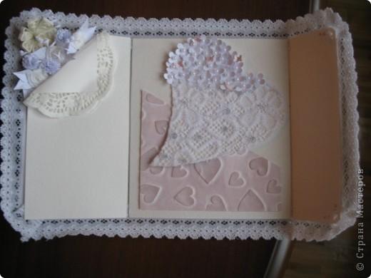Вызвалась делать открытку на свадьбу, но нужна была такая открытка чтобы ВАУ!!!!)))) Пересмотрела много открыток у мастериц, и вот что получилось! Тут пока не хватает большой белой бусинки на которую она закрывается.... фото 4