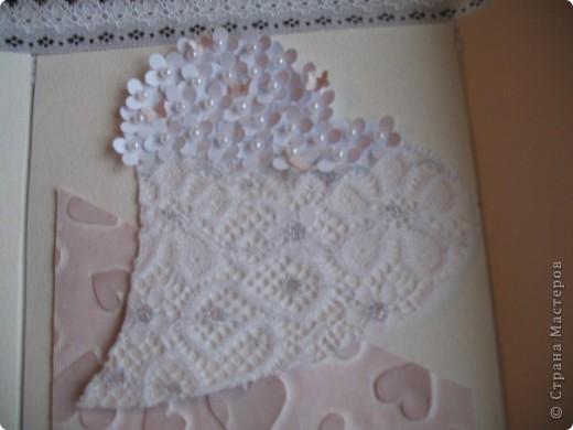 Вызвалась делать открытку на свадьбу, но нужна была такая открытка чтобы ВАУ!!!!)))) Пересмотрела много открыток у мастериц, и вот что получилось! Тут пока не хватает большой белой бусинки на которую она закрывается.... фото 5
