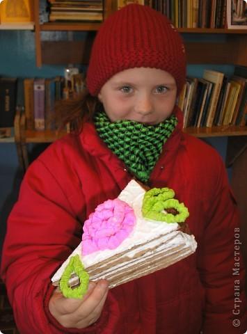 Сделали мы с ребятами вот такие тортики из бросового материала (упоковочный картон,потолочная плитка пенопластовая).Родители увидя сказали  ,что так и хочеться откусить кусочек. фото 8