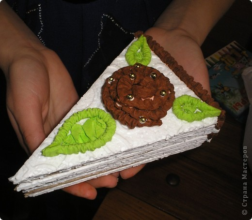 Сделали мы с ребятами вот такие тортики из бросового материала (упоковочный картон,потолочная плитка пенопластовая).Родители увидя сказали  ,что так и хочеться откусить кусочек. фото 3