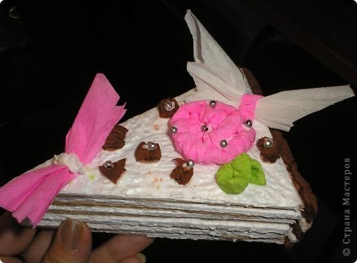 Сделали мы с ребятами вот такие тортики из бросового материала (упоковочный картон,потолочная плитка пенопластовая).Родители увидя сказали  ,что так и хочеться откусить кусочек. фото 2
