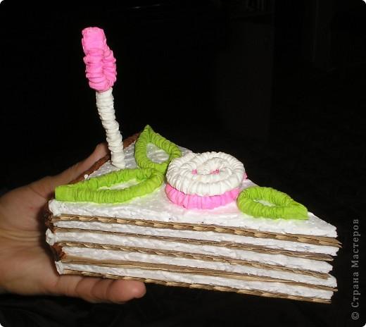 Сделали мы с ребятами вот такие тортики из бросового материала (упоковочный картон,потолочная плитка пенопластовая).Родители увидя сказали  ,что так и хочеться откусить кусочек. фото 4