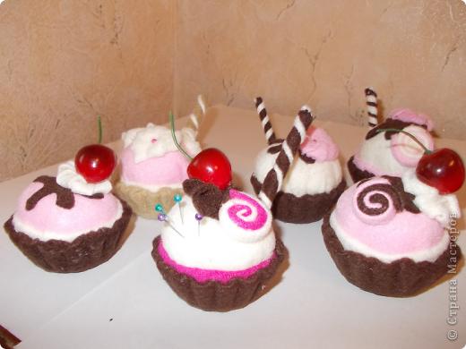Игольницы- пирожные сделала по этому МК.Спасибо огромное автору! http://art-cart.dp.ua/blog/fetr/master-klass-po-rabote-s-fetrom-igolnica-pirozhnoe-iz-fetra.html Делаются очень быстро  и легко.