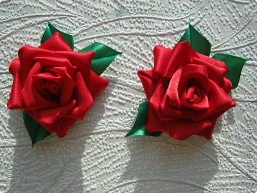 Добрый день, спешу показать свои розочки, вот мои исследования по ткани, красная из креп сатина, а розовая просто из атласа, больше понравился креп сатин, она и больше размером и как то жестче. фото 2