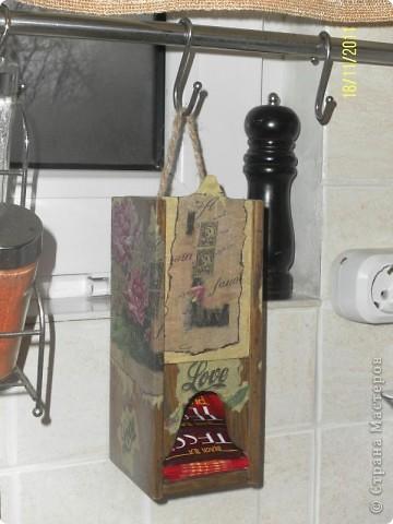 """Нашла в сарайке деревянный футляр от бутылки вина....Отпилила лишнее...Получился """"домик"""" для чая, вернее сказать """"скворечник"""" фото 1"""