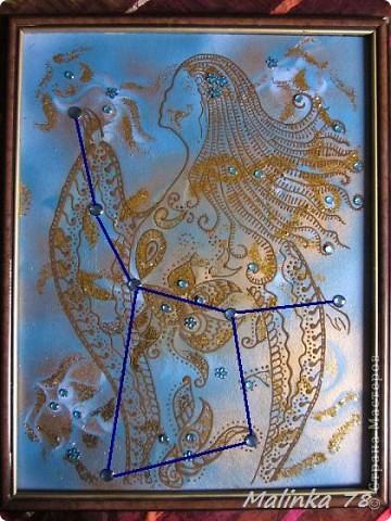 """Всем здравствуйте! Вот, получилась у меня вот такая картина """"Созвездие девы"""" и выполнена она обыкновенной хной! Раз эта картина про созвездие, то фон получился голубоватый с разводами, ну конечно же, как же без небесного света в виде блёсток и звёзд виде декоративных камней. фото 2"""