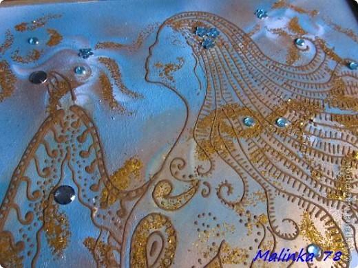 """Всем здравствуйте! Вот, получилась у меня вот такая картина """"Созвездие девы"""" и выполнена она обыкновенной хной! Раз эта картина про созвездие, то фон получился голубоватый с разводами, ну конечно же, как же без небесного света в виде блёсток и звёзд виде декоративных камней. фото 3"""