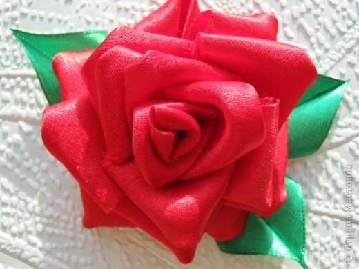 Добрый день, спешу показать свои розочки, вот мои исследования по ткани, красная из креп сатина, а розовая просто из атласа, больше понравился креп сатин, она и больше размером и как то жестче. фото 4