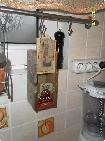 """Нашла в сарайке деревянный футляр от бутылки вина....Отпилила лишнее...Получился """"домик"""" для чая, вернее сказать """"скворечник"""" фото 2"""
