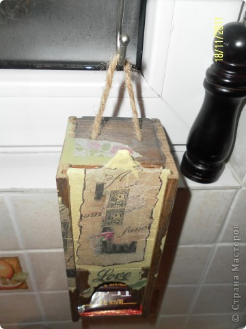 """Нашла в сарайке деревянный футляр от бутылки вина....Отпилила лишнее...Получился """"домик"""" для чая, вернее сказать """"скворечник"""" фото 3"""