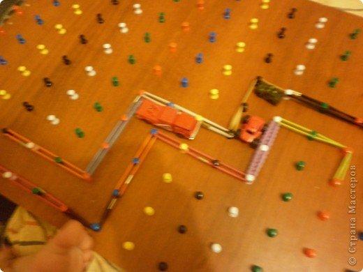 """Мини мастер-класс по изготовлению """"Геометрика"""" математического планшета. Математический планшет – это поле со 150  штырьками для рисования резиночками. Математический планшет  дает возможность ребенку на чувственном опыте освоить некоторые базовые концепции планиметрии: периметр, площадь, фигура и т.д., развивать индуктивное и дедуктивное мышление, дать представление о симметрии, конгруэнтности, трансформации размера, формы.  Математический планшет – это возможность исследовательской деятельности для ребенка, содействие его психосенсомоторному когнитивному (познавательному) развитию, а также развитию творческих способностей. А это означает – развитие тонкой моторики, дифференцированного восприятия, сенсомоторной памяти, усвоение обобщенных знаний и способов действия. Развитие воображения будет способствовать получению творческих результатов во всех видах деятельности и обеспечит полноценную готовность к школьному обучению и дальнейшие успехи в школе. Математический планшет даст возможность в играх осваивать систему координат.  Работая с группой детей, можно проводить зрительные и слуховые диктанты на математическом планшете.  Итак, берем любую дощечку, я взяла ненужную полку от мебели из ДСП. Еще нам понадобятся: молоток, кнопки - гвоздики(продаются в канц.товарах) и пассатижи. Тетрадные листы в клетку и клей или скотч. фото 6"""