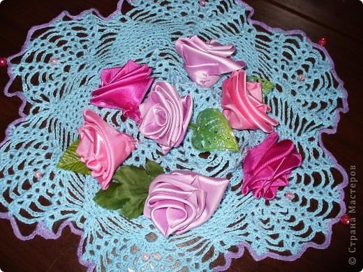 На розовую свадьбу родителям, а мне тогда было 9 лет, я подарила 2 салфетки - одна украшена розами и бусинами,  фото 1