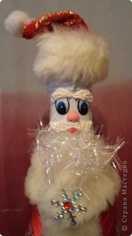 К нам на елку ой-ой-ой Дед Мороз пришел иной. Очень даже странный- Весь такой стеклянный. Шубка с бейки склеена, Брови лепкой сделаны. Вместо пуговиц-снежинки, Ну, не Дедушка-картинка!!!! фото 2