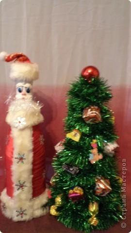 К нам на елку ой-ой-ой Дед Мороз пришел иной. Очень даже странный- Весь такой стеклянный. Шубка с бейки склеена, Брови лепкой сделаны. Вместо пуговиц-снежинки, Ну, не Дедушка-картинка!!!! фото 5
