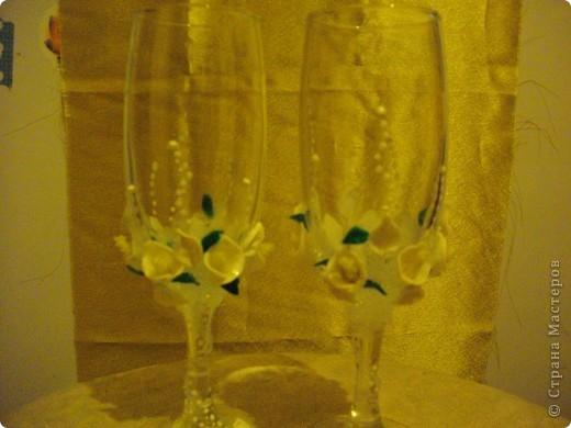 У подруги Была свадьба и она уговорила меня сделать ей бутылки и бокалы.Главное условие работы цветы каллы. Ну вот любит она их фото 3