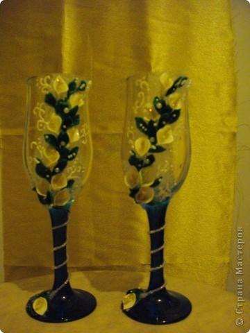 У подруги Была свадьба и она уговорила меня сделать ей бутылки и бокалы.Главное условие работы цветы каллы. Ну вот любит она их фото 4