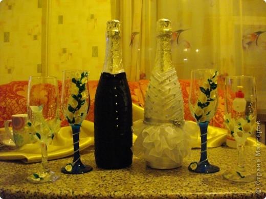 У подруги Была свадьба и она уговорила меня сделать ей бутылки и бокалы.Главное условие работы цветы каллы. Ну вот любит она их фото 1