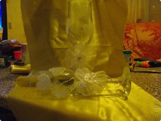 У подруги Была свадьба и она уговорила меня сделать ей бутылки и бокалы.Главное условие работы цветы каллы. Ну вот любит она их фото 9
