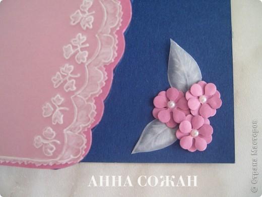Всем привет! Решила сделать открытку в технике пергамано с элементами бумагопластики.  Объясню как делала.  Сначала делала рисунок на пергаменте, потом розовую подложку из пастельной бумаги вырезала  по  форме пергаментного рисунка на 5 мм больше. После этого  всё приклеила  к  основной открытке  синего цвета и вырезала по розовому контуру. Уголок заполнила розовыми цветочками.  Открытка 10х15  фото 2