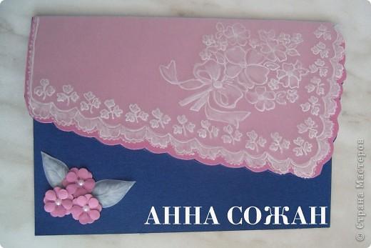 Всем привет! Решила сделать открытку в технике пергамано с элементами бумагопластики.  Объясню как делала.  Сначала делала рисунок на пергаменте, потом розовую подложку из пастельной бумаги вырезала  по  форме пергаментного рисунка на 5 мм больше. После этого  всё приклеила  к  основной открытке  синего цвета и вырезала по розовому контуру. Уголок заполнила розовыми цветочками.  Открытка 10х15  фото 3