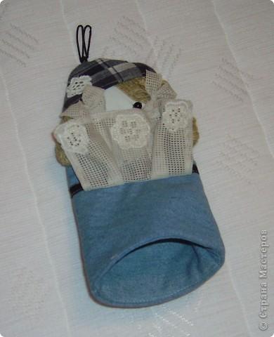 рукавичка - ухватка из джинсовой ткани. висит в кухне как элемент интерьера и с практической целью - выполняет свое прямое назначение ухватки фото 3