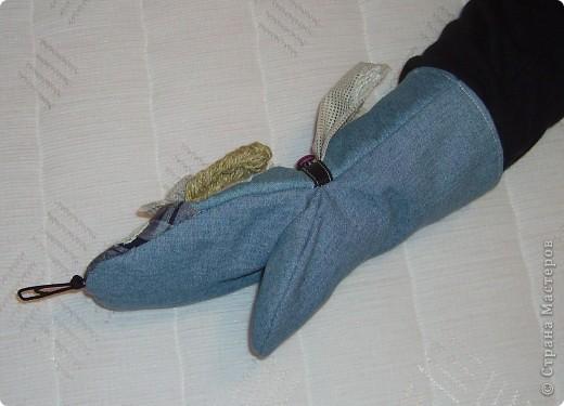 рукавичка - ухватка из джинсовой ткани. висит в кухне как элемент интерьера и с практической целью - выполняет свое прямое назначение ухватки фото 2