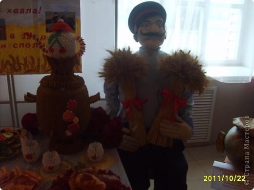 Сегодня я Вам покажу несколько поделок к празднику осени. Девочки с удовольствием приняли участие в изготовлении и украшении выставки   Здесь есть и мои работы. И так смотрите. фото 10