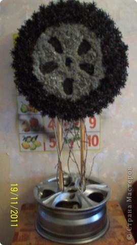 Вот такой большой у меня заказ в шиносервис, дерево в виде колеса. из моха и сосновых шишек. фото 1