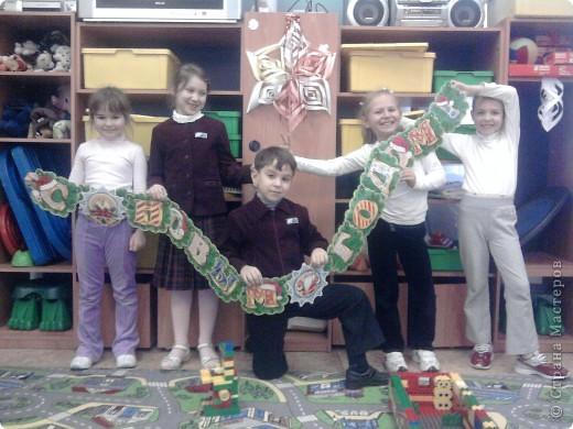 Вот такое формление стены к Новому году помогли подготовить ученики 1 класса в 2010 году. фото 5