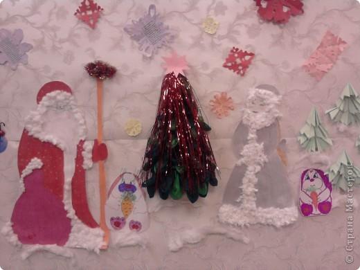 Вот такое формление стены к Новому году помогли подготовить ученики 1 класса в 2010 году. фото 1