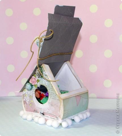 Домик-коробочка.Украсила тегом с поздравлением.  Основа - белый фотокартон, сверху скрап-бумага, крыша- декоративный фактурный картон для скрапбукинга, тесьма с помпонами(купила в магазине для шитья),цветочки готовые,дырокольные еловые веточкм,полубусины,шнур,металлическая подвеска, шебби -лента,на крыше елеочка - брадс, на задней стенке снежинка из фетра, покрытая глитером.Углы и крыша закрашены мелким кракелюрчиком.Текст на стенах - это штамп. фото 4