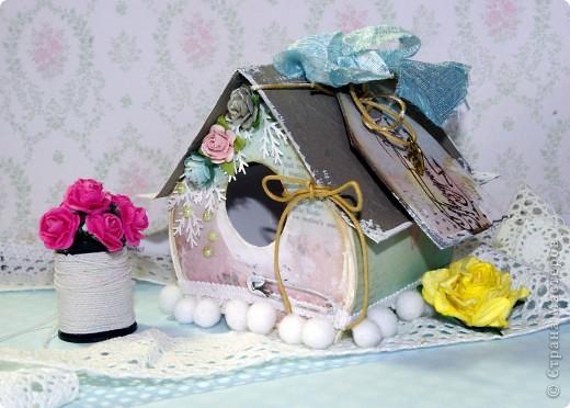 Домик-коробочка.Украсила тегом с поздравлением.  Основа - белый фотокартон, сверху скрап-бумага, крыша- декоративный фактурный картон для скрапбукинга, тесьма с помпонами(купила в магазине для шитья),цветочки готовые,дырокольные еловые веточкм,полубусины,шнур,металлическая подвеска, шебби -лента,на крыше елеочка - брадс, на задней стенке снежинка из фетра, покрытая глитером.Углы и крыша закрашены мелким кракелюрчиком.Текст на стенах - это штамп. фото 5